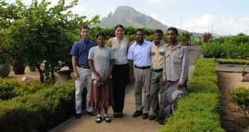 (De g. à dr.) Pierre-Philippe Lenferna, Marketing and Sales Manager de Medine Agriculture et l'équipe de la pépinière : Asha Jeebun, Winny-Jane Broker Petite et Kevish Ragaven, tous deux Nursery Officers, Sunil Poonye et Steeve Florent. © Krishna Pather