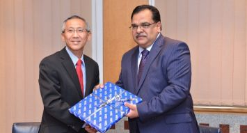 Jairaj Soonoo, Chief Executive – Banking (Indian Ocean Islands) de la SBM, remet un souvenir à David Lee, Chief Cooperation Officer de UPI.