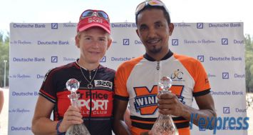 Les gagnants du «Deutsche Bank 100km Cycle Tour 2014», Isabel Moolman et Mike Chong Chin posant pour la photo-souvenir.