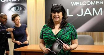L'auteure britannique de Fifty Shades of Grey, E.L James pose le 18 juin 2015 à New York.