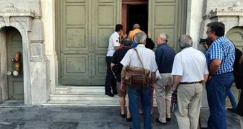Des gens font la queue pour entrer dans une banque à Athènes le 20 juillet 2015. [Photo: AFP]