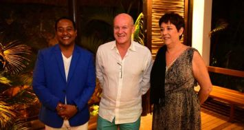 François Eynaud, CEO de Veranda Resorts, encadré de Clifford Pierre-Louis, le directeur de Veranda Pointe aux Biches et de Christine Dupont, Chief Sales & Marketing Officer de Veranda Leisure & Hospitality.
