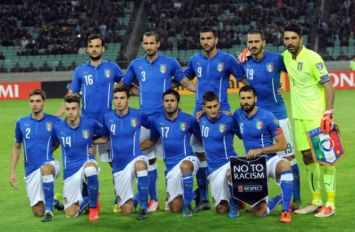 L'équipe d'Italie pose avant le match de qualification pour l'Euro-2016 contre l'Azerbaïdjan, le 10 octobre 2015 à Bakou. [Photo: AFP]