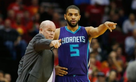 AFP/Getty/AFP - Nicolas Batum (d) des Charlotte Hornets recoit des instructions de son entraîneur Steve Clifford lors du match contre Houston, le 21 décembre 2015