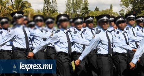 Photo d'illustration de policiers en uniforme.