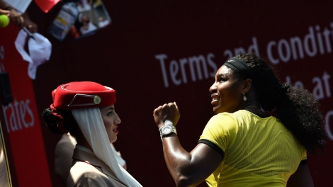 Serena Williams à l'issue du match contre Maria Sharapova le 26 janvier 2016 à Melbourne afp.com/SAEED KHAN