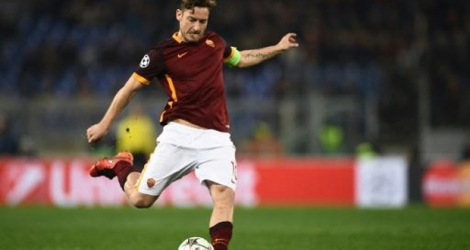 Le capitaine de l'AS Rome Francesco Totti dégage le ballon en Ligue des champions face au Real Madrid, le 17 février 2016 au stade olympique.