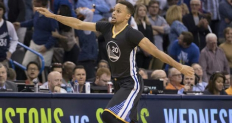 Le meneu de jeu des Golden State Warriors, Stephen Curry, auteur d'un tir à 3 points en prolongation face à Oklahoma City, le 27 février 2016 à Oklahoma City