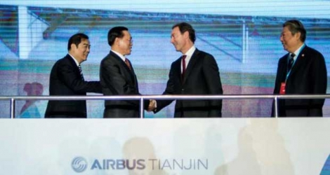(De G à D) L'adjoint au maire de Tianjin Duan Chunhua, le vice-ministre de la Commission nationale du développement et de la réforme Lin Nianxiu, le PDG d'Airbus Fabrice Brégier et le président d'Aviation Industry Corporation of China Lin Zuoming à Tianjin le 2 mars 2016.