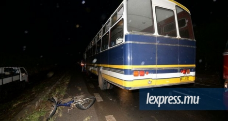 Une bicyclette et un autobus sont entrés en collision à Bambous, le jeudi 14 avril. (Photos : Krishna Pather)