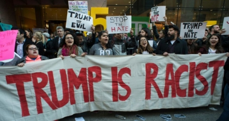 Manifestation anti-Trump devant la gare de Grand Central de New York, près de laquelle se tenait un gala des républicains au Grand Hyatt, le 14 avril 2016.