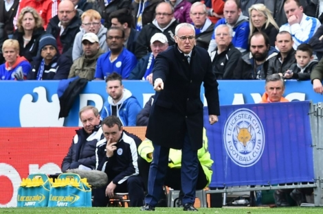 Le manager de Leicester Claudio Ranieri donne des instructions lors du match face à Swansea, le 24 avril 2016 à Leicester.