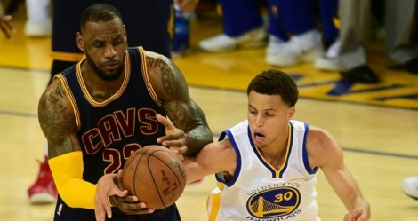 Stephen Curry, N.30 des Golden State Warriors, face à LeBron James (Cleveland Cavaliers), le 4 juin 2015 à Oakland lors du premier match de la finale NBA