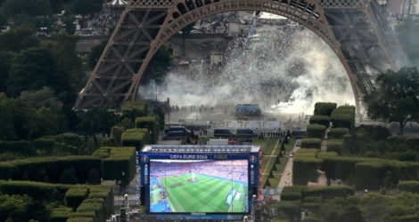 Incidents entre supporters et forces de l'ordre aux abords de la fanzone du Champ-de-Mars à Paris.