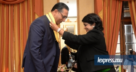Roshi Bhadain a reçu la décoration de Grand Commander of the Order of the Star and Key of the Indian Ocean des mains de la présidente de la République, Ameenah Gurib-Fakim, jeudi 28 juillet à la State House.