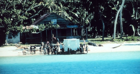 1971, Diego Garcia. Des Chagossiens aident l'US National Oceanic and Atmospheric Agency à débarquer des équipements. (Photo ©Kirby Crawford)