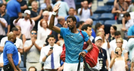 Gaël Monfils quitte le court après avoir perdu contre le Serbe Novak Djokovic en demi-finales de l'US Open au USTA Billie Jean King National Tennis Center à New York, le 9 Septembre 2016 .