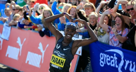 Mo Farah célèbre son triplé au semi-marathon de Newcastle, le Great North Run, le 11 septembre 2016 à South Shields.