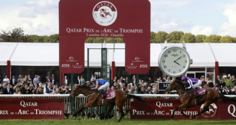 Le jockey britannique Ryan-Lee Moore franchit avec Found s'adjuge le 95e Qatar Prix de l'Arc de Triomphe à Chantilly, le 2 octobre 2016.