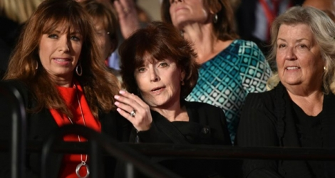 Paula Jones, Kathleen Willey et Juanita Broaddrick lors du débat TV entre Hillary Clinton et Donald Trump le 9 octobre 2016 à Saint-Louis dans le Missouri .