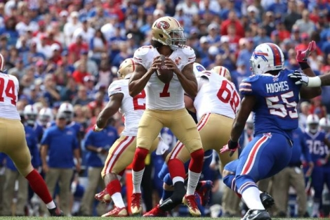 Colin Kaepernick avec les San Francisco 49ers en match de NFL contre les Bills à Buffalo, le 16 octobre 2016 - Getty/AFP Tom Szczerbowski