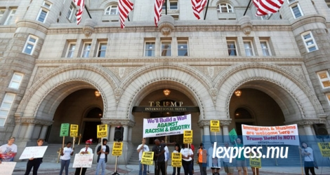 Des manifestants devant le «Trump International Hotel», à Washington DC.