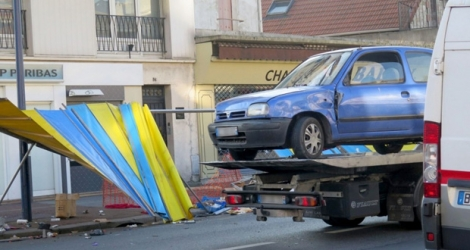 La voiture qui a percuté Fifi, lundi 5 décembre à Drancy, en France. [Credit Photo: Le Parisien]