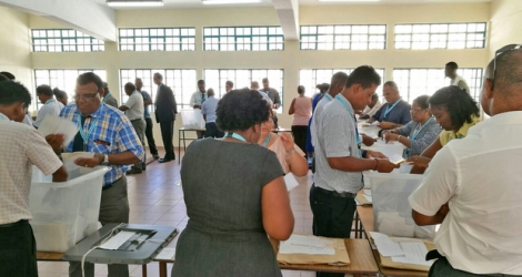 The First Past The Post system gave the Organisation du peuple de Rodrigues a 10-2 victory in last Sunday regional elections. But following application of proportional representation, the final result was 10-7, bringing down the winning party's majority to three seats.