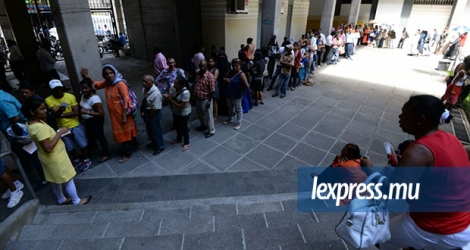 Longue file d'attente au Registrar Building pour la conversion à la carte d'identité biométrique ce matin, à Port-Louis.