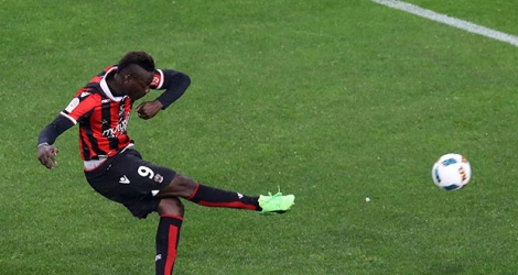 L'attaquant de Nice Mario Balotelli frappe un penalty lors du match contre Bordeaux à Allianz Riviera, le 2 avril 2017.