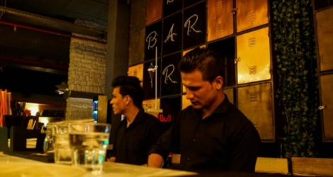 Un bar frappé par la mesure d'interdiction de vente d'alcool, dans le quartier de Gurgaon, en banlieue de New Delhi.