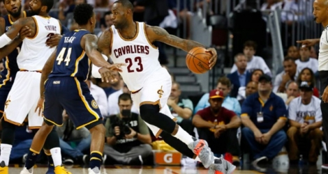 La star des Cavs LeBron James déborde Jeff Teague des Indiana Pacers en match 2 des play-offs NBA à Cleveland, le 17 avril 2017.