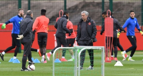 Le manager de Manchester United Jose Mourinho supervise l'entraînement de son équipe au centre de Carrington, le 19 avril 2017
