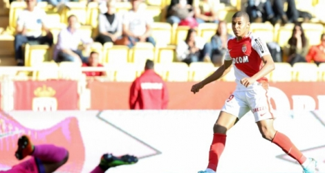 Le jeune Kylian Mbappé inscrit le 2e but de l'AS Monaco contre Toulouse au stade Louis-II, le 29 avril 2017