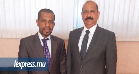 Mohamed Mfoihaya en compagnie de Lockhdev Hoolash, responsable de National Security Service de Maurice