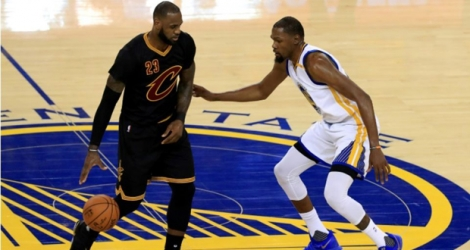 Très attendus, les Cavaliers de LeBron James doivent s'imposer à domicile face aux Golden State Warriors de Kevin Durant (photo du match N.2, le 4 juin 2017 à Oakland).