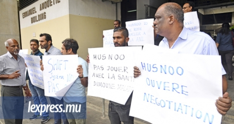 La Medical and Health Officers Association et la Federation of Civil Service and Other Unions ont manifesté contre l'extension du «shift system» hier devant le bâtiment Emmanuel Anquetil, à Port-Louis.