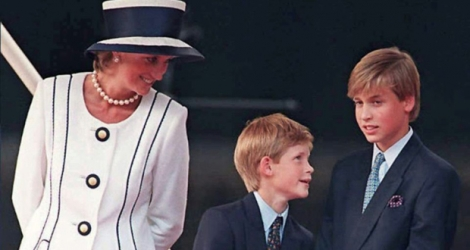 La princesse de Galles Diana et ses fils, le Prince Harry et le Prince William, à Londres le 19 août 1995.
