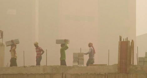 Des ouvriers sur un chantier de construction, un jour de forte pollution à New Delhi, le 7 novembre 2017 en Inde