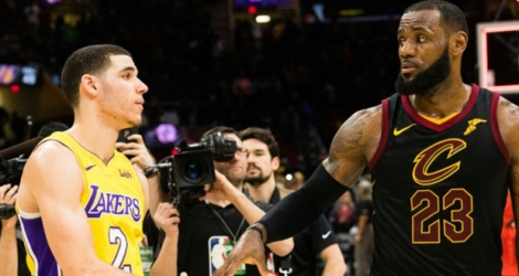 LeBron James (d) des Cleveland Cavaliers et Lonzo Ball des Los Angeles Lakers se serrent la main à l'issue du match, le 14 décembre 2017 à Cleveland