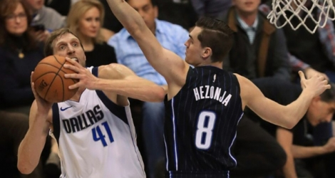 L'intérieur allemand des Dallas Mavericks Dirk Nowitzki s'apprête à shooter face au Croate Mario Hezonja, des Orlando Magic, le 9 janvier 2018 à Dallas