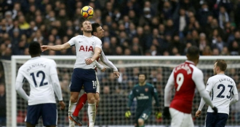 L'attaquant de Tottenham, Harry Kane, plus haut que le défenseur d'Arsenal, Laurent Koscielny, en match de Premier League, à Wembley, le 10 février 2018.
