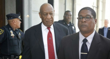 Bill Cosby (c), reconnu coupable d'agression sexuelle, quitte le tribunal de Norriston, le 26a vril 2018 en Pennsylvanie.