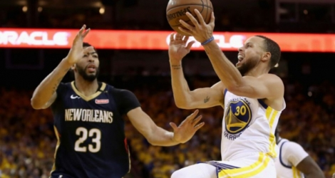 Stephen Curry (d) des Golden State Warriors lors du match 5 face aux New Orleans Pelicans, à Oakland, le 8 mai 2018