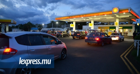 La majoration imminente des prix des carburants devrait occasionner de longues files d'attente aux diverses stations-service.