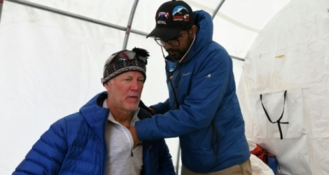 Le Dr Suvash Dawadi examine un patient au camp de base de l'Everest, le 24 avril 2018