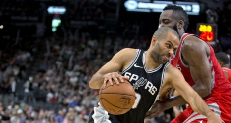 Tony Parker sous les couleurs des Spurs de San Antonio face aux Houston Rockets en NBA, le 1er avril 2018 à San Antonio au Texas.