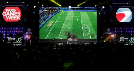 Des visiteurs regardent un match de football lors de la Paris Games Week le 5 novembre 2017
