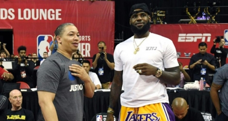 La recrue star des Los Angeles Lakers LeBron James et l'entraîneur de Cleveland Tyronn Lue, le 15 juillet 2018 à Las Vegas après un match Summer League