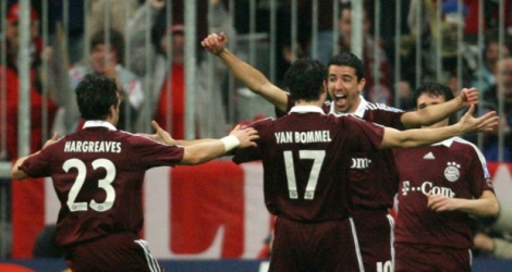 Le but le plus rapide pour Roy Makaay (de face) buteur pour le Bayern Munich contre le Real Madrid à l'Allianz Arena, le 7 mars 2007.